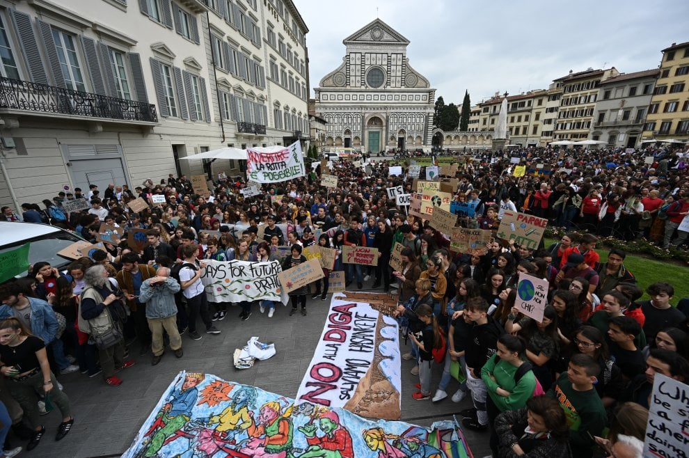 "Fridays for future, tremila in piazza a Firenze: ""Dichiarate l'emergenza climatica"""