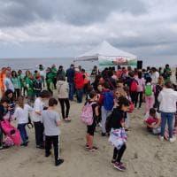 Liberi dai Rifiuti: in 350 a ripulire la spiaggia di Calambrone, volontari in azione anche a Scandicci