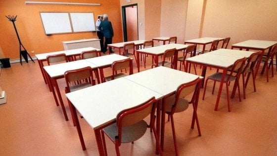 Livorno, bullismo a scuola, compagno di classe gli ustiona la mano