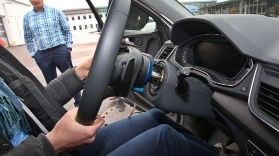 Firenze, all'esame per la patente con l'auricolare. Ma gli resta incastrato nell'orecchio