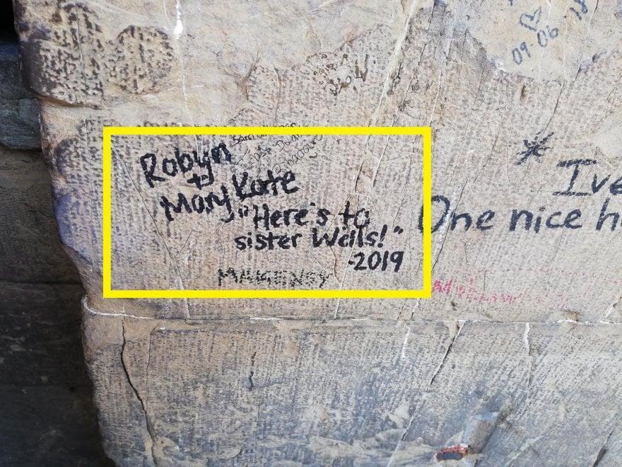 Firenze, imbratta colonna di Ponte Vecchio: denunciata turista di 21 anni