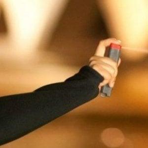 Pisa, ragazzini spruzzano spray urticante sul bus: una decina di passeggeri intossicati