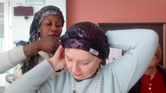 """Firenze, torna il """"Progetto turbanti"""": le donne in chemioterapia imparano a indossare il copricapo"""