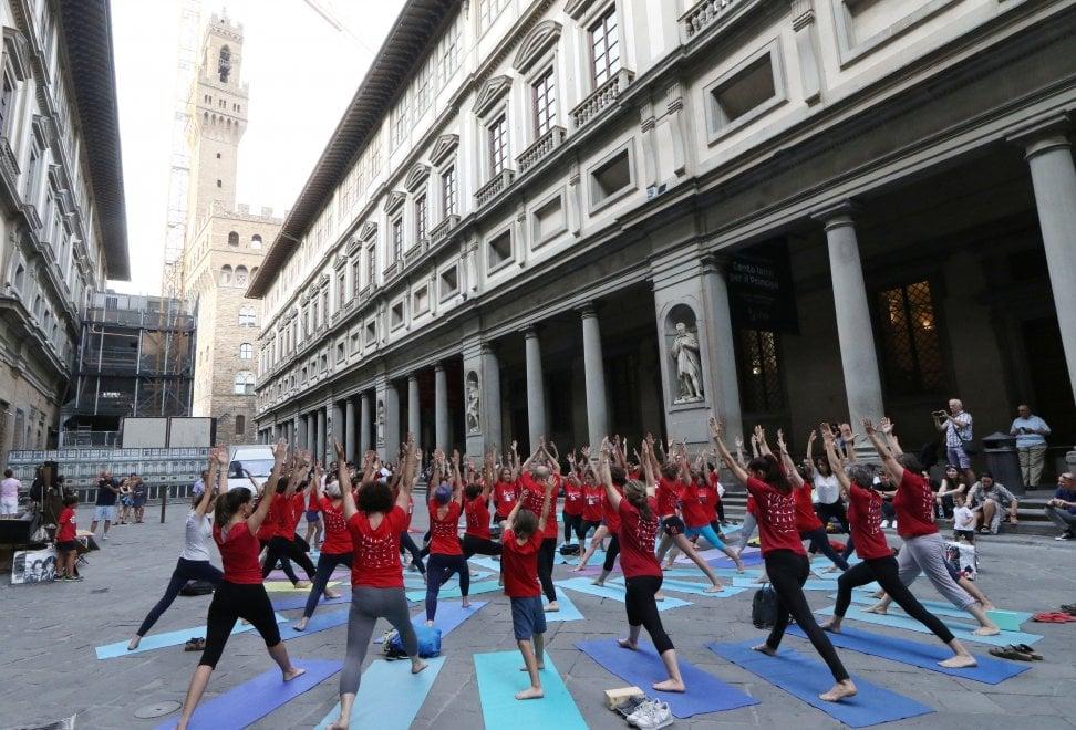 Firenze, lo spettacolo degli esercizi di yoga nel cortile degli Uffizi