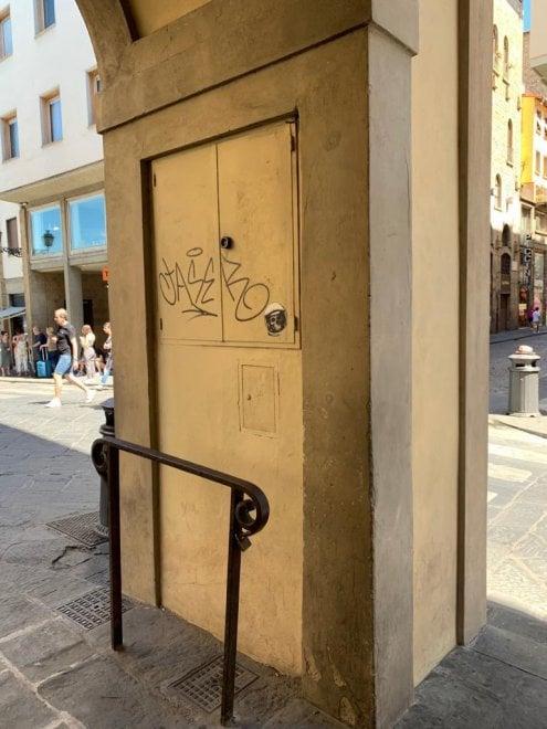 Firenze, imbrattato il loggiato del Corridoio Vasariano