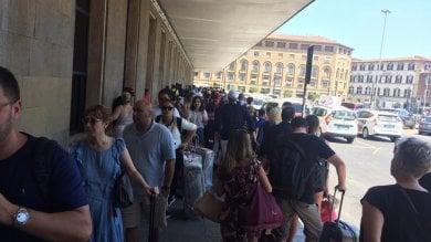Firenze, in coda nell'afa aspettando il taxi alla stazione