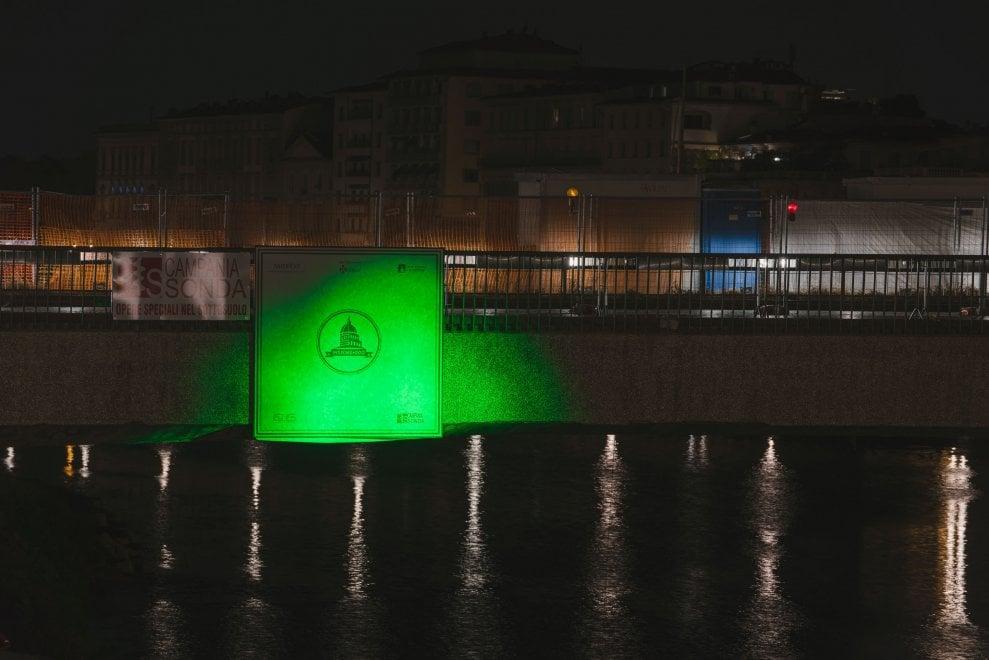 Un raggio verde tra Palazzo Vecchio e ponte Vespucci illumina la notte di Firenze