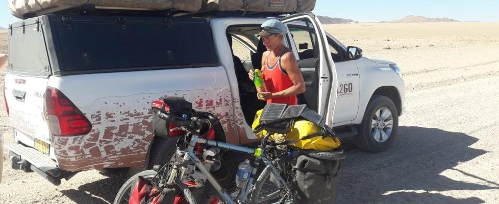 """""""In Africa pedalando nel deserto"""". Perla e i diari della bicicletta"""