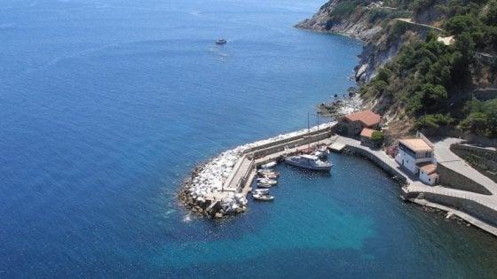 Isola di Gorgona, elicottero precipita in mare: morta una donna
