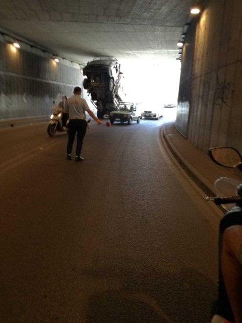 Firenze, camion incastrato nel sottopasso a Rifredi