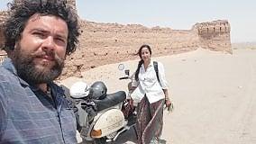 Da Livorno a Persepoli in Vespa Benvenuti in Iran. Tra tappeti colorati, spezie e deserto regna la cortesia