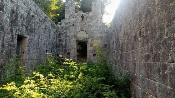 Elba, Legambiente libera la chiesa romanica di Marciana infestata dalla vegetazione