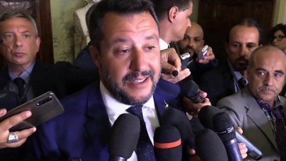 """Lucca, vescovo in piazza contro il decreto Sicurezza, la leghista lo attacca: """"Chiese vuote e piazze piene"""""""