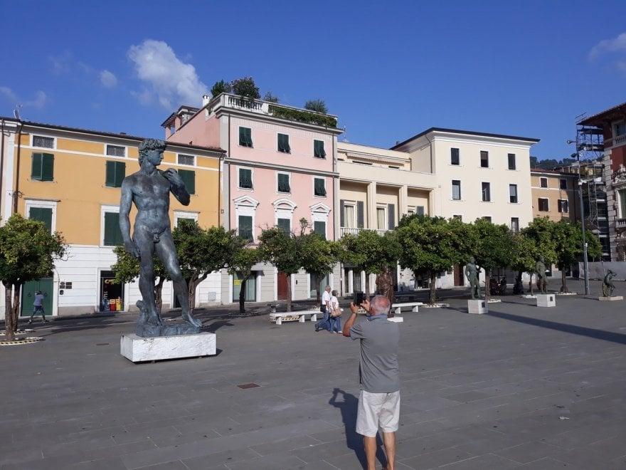 Cosa ci fanno il David di Michelangelo e i Bronzi di Riace in piazza a Massa?