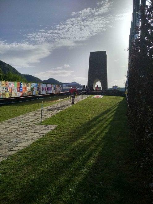 Sant'Anna di Stazzema, 75 anni dall'eccidio: srotolato un lungo tappeto colorato per le vittime