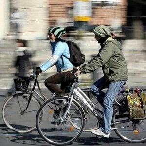 Prato, migranti a scuola di bici: un corso del Comune sulle regole della strada