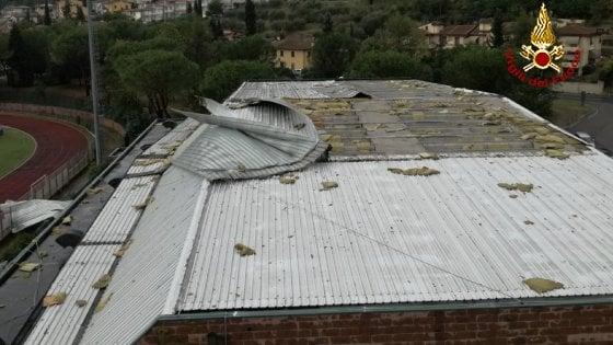 Montelupo fiorentino, forte temporale scoperchia tetto di un palasport: nessun ferito