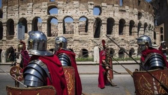 """C'è un """"centurione"""" anche a Firenze, offese a chi non paga le foto"""