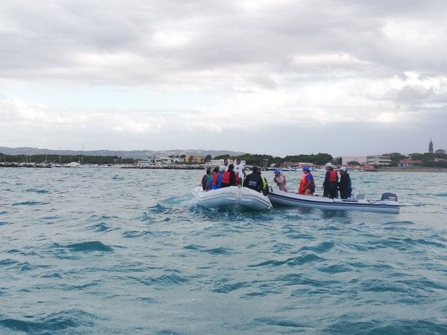 Vada, l'esercitazione per il salvataggio di migranti viene scambiata per uno sbarco