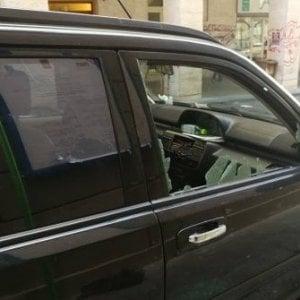 Firenze, distrugge i vetri delle auto in sosta con tre bastoni: fermato con lo spray al peperoncino