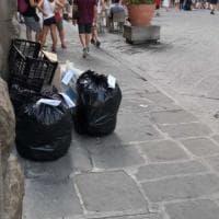 Firenze, slalom fra i cartoni dei rifiuti in centro storico