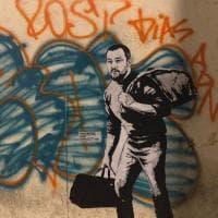 Incursione dello street artist Random-Guy: Salvini fa le valigie...