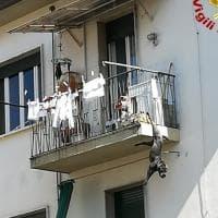 Rimane incastrato alla ringhiera di un balcone al terzo piano di un palazzo: cane salvato dai vigili del fuoco