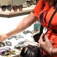 Occhiali tecnologici, con piume e pietre preziose: le ultime tendenze in mostra alla Leopolda a Firenze