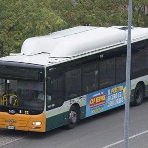 Carrara, multata e fatta scendere dal bus a 90 anni: l'azienda non si scusa