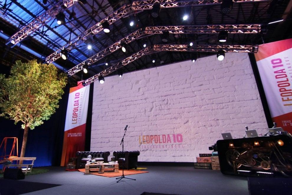 Firenze, al via la Leopolda 10: il palco da concerto, l'albero e gli arredi vintage