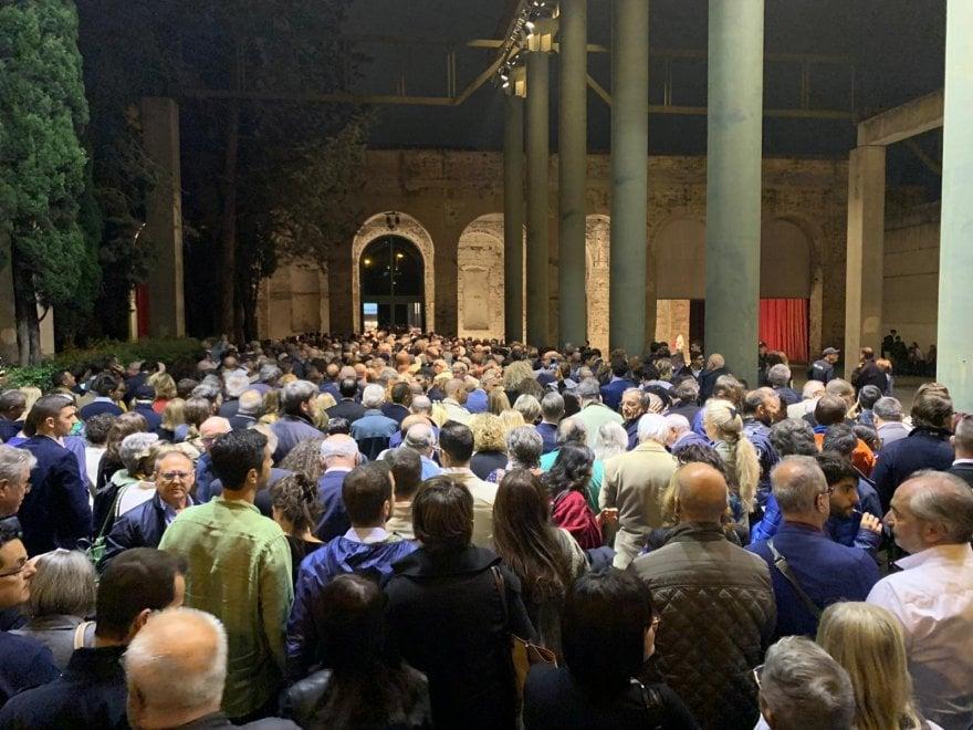 Firenze, gran folla alla Leopolda: in duemila restano fuori
