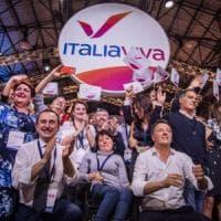 Leopolda, sold out anche il secondo giorno. Renzi prende la tessera numero 1 di Italia...