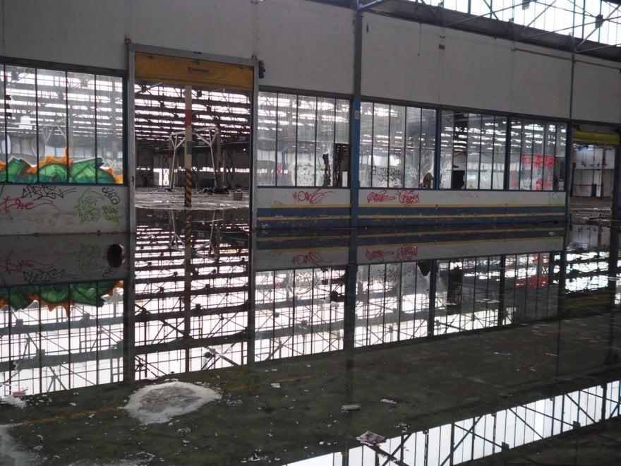 Livorno, nel capannone industriale dopo il rave: cosa resta