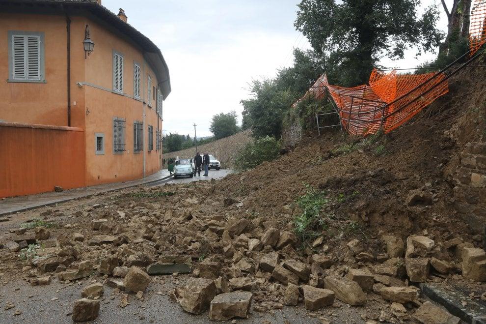 Maltempo a Firenze, frana muro in via Torre del Gallo