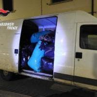Firenze, scaricano una tonnellata e mezzo di rifiuti tessili in via Aretina: denunciati