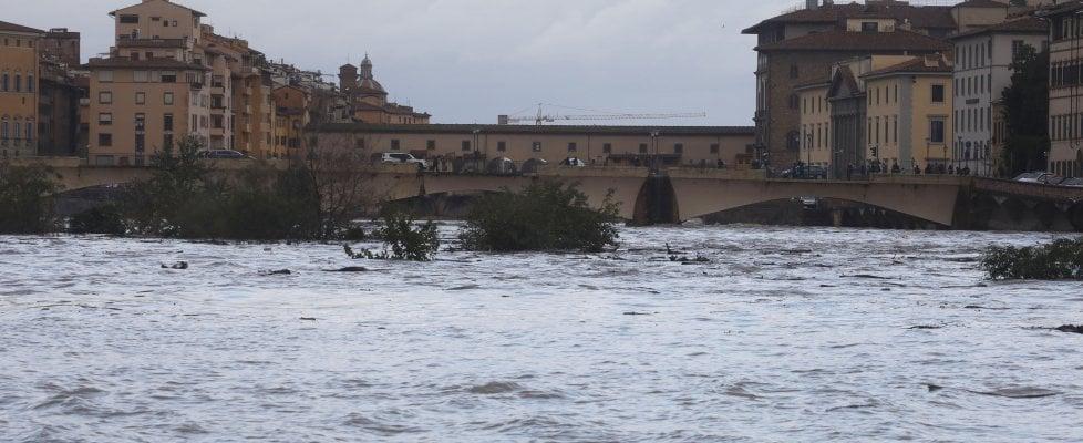 Firenze, allerta per l'Arno in piena, invito a limitare l'uso dell'auto, allerta prorogata . Domani scuole chiuse a Pisa e Empoli