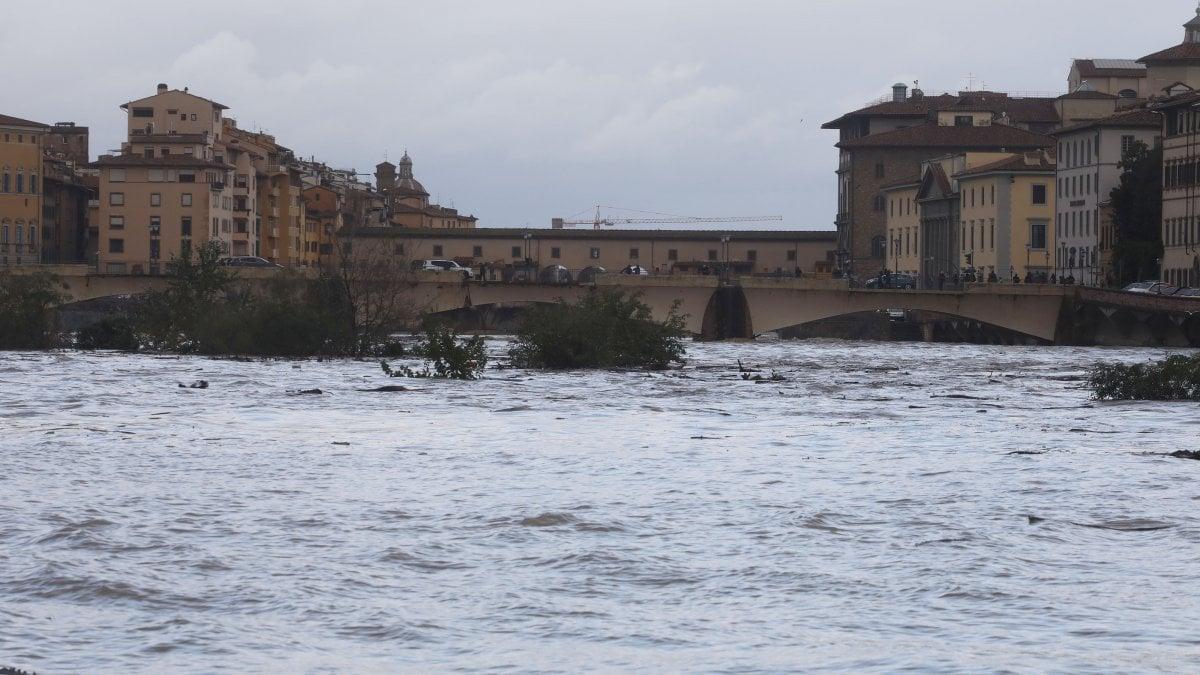 Firenze, allerta per l'Arno in piena, invito a limitare l'uso dell'auto. Domani scuole chiuse a Pisa e Empoli