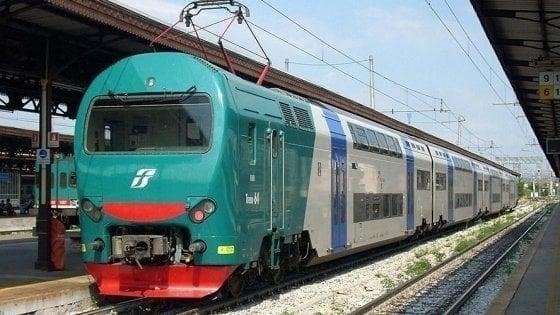 Giovane muore investito sui binari a Pisa: aveva le cuffiette, forse non ha sentito il treno