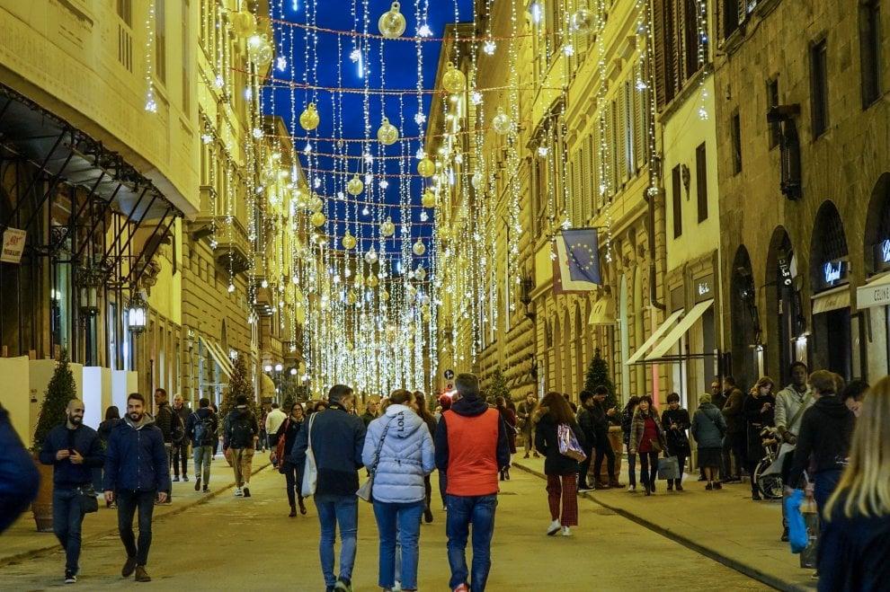 Firenze, tra luci e addobbi in via Tornabuoni è già Natale