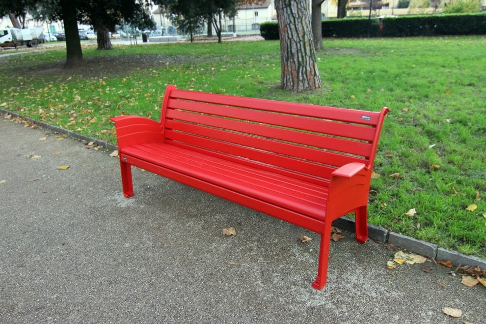 firenze una panchina rossa contro la violenza sulle donne in piazza elia dalla costa la repubblica firenze una panchina rossa contro la