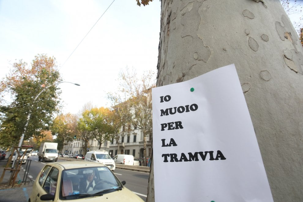 Firenze, volantini sugli alberi: protesta nella notte contro la nuova linea della tramvia