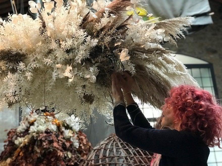 """Lucca, a SpaziOfficina, ghirlande e fiori: è """"Natale tra le Nuvole"""" di Emy Petrini"""