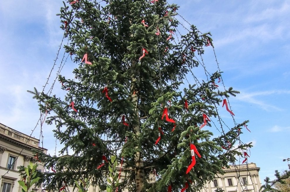 Firenze, un albero di Natale addobbato con scarpe rosse contro la violenza sulle donne