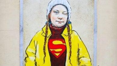 """Nel centro di Firenze spunta un murales  di Greta Thunberg """"Superhuman"""""""
