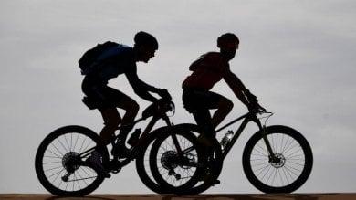 Ciclista pedala in A1 e scambia corsia d'emergenza per una pista ciclabile