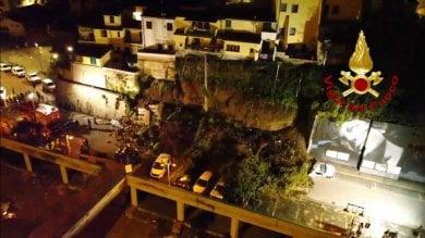 Crolla muro a Montelupo: auto  distrutte, evacuate 5 famiglie -  foto