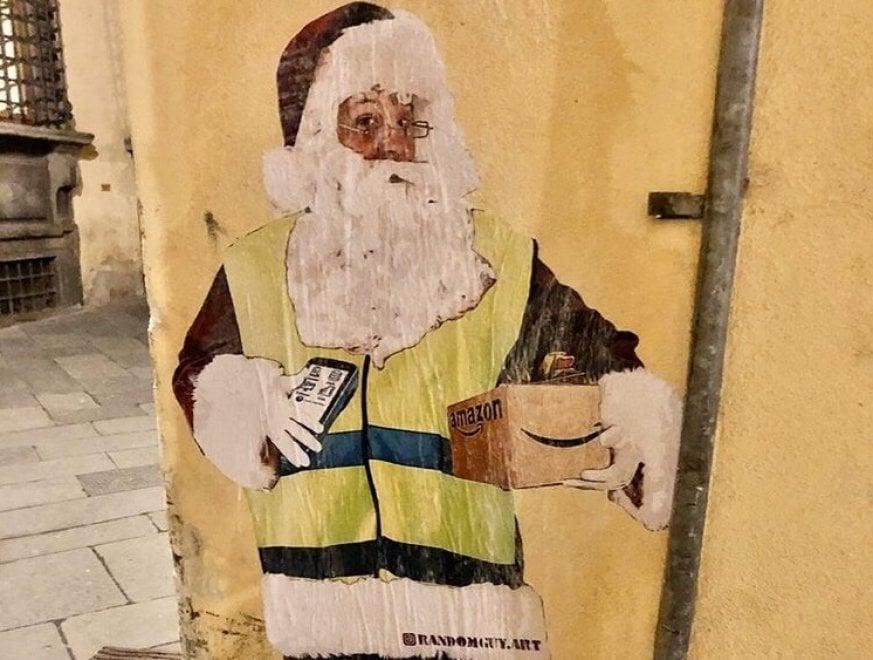 """Babbo Natale diventa """"corriere"""" di Amazon, il murales a Lucca"""