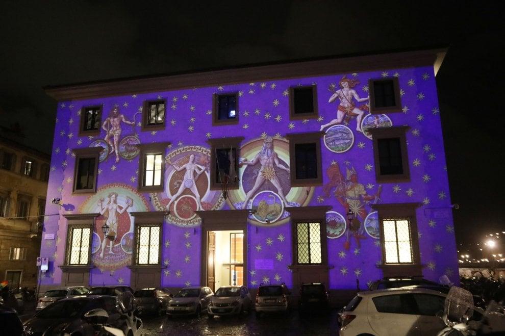 Galileo, la Luna e la storia dell'astronomia illuminano le facciate di due palazzi a Firenze