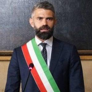 """Piombino, il sindaco di Fratelli d'Italia """"licenzia"""" il sindaco del Pd, dipendente comunale in prova: è polemica"""