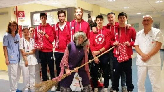 Befana in anticipo all'ospedale di Pistoia: la squadra di basket porta doni ai piccoli pazienti